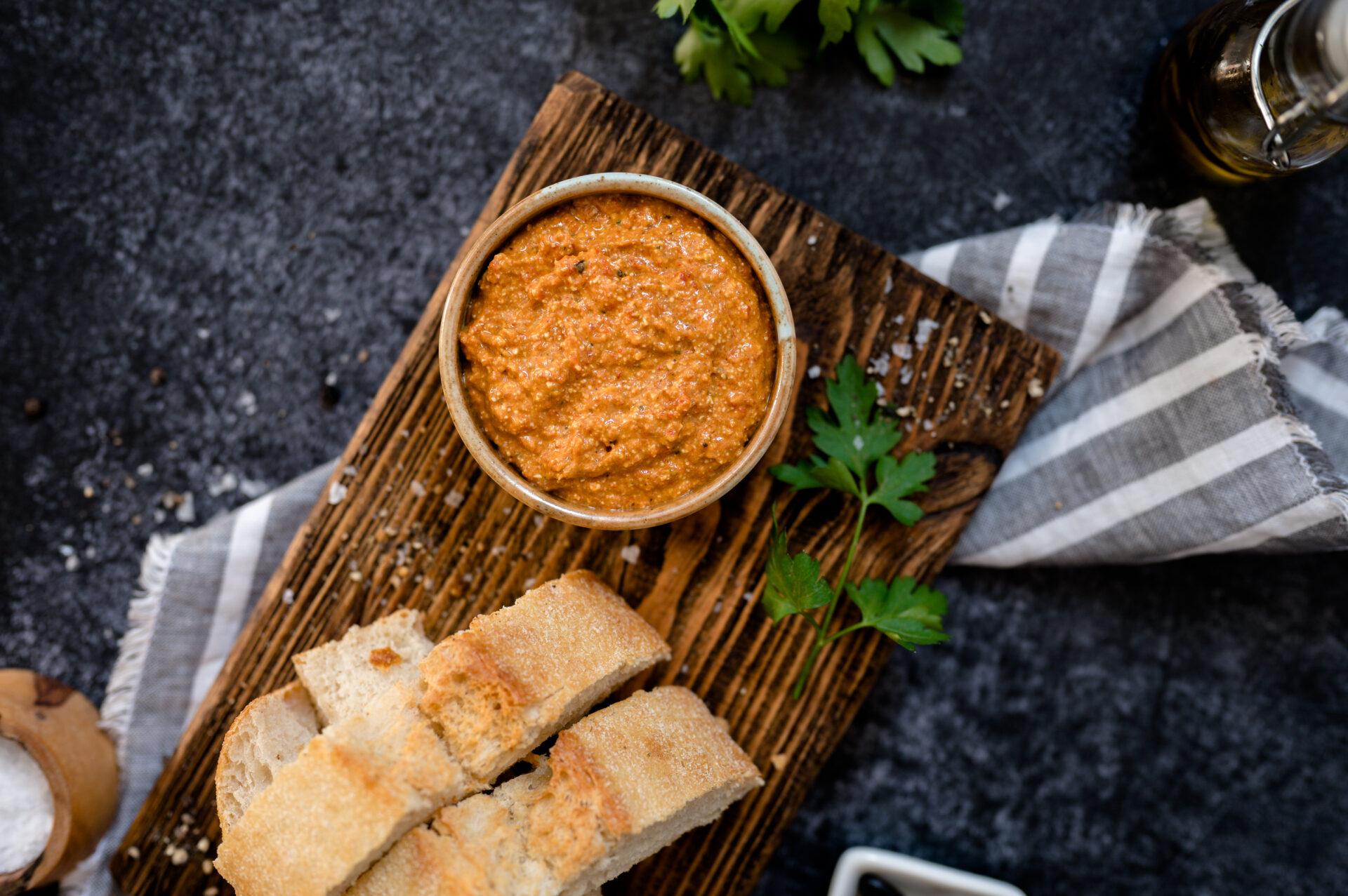 Feta en geroosterde paprika dip met zwarte knoflook