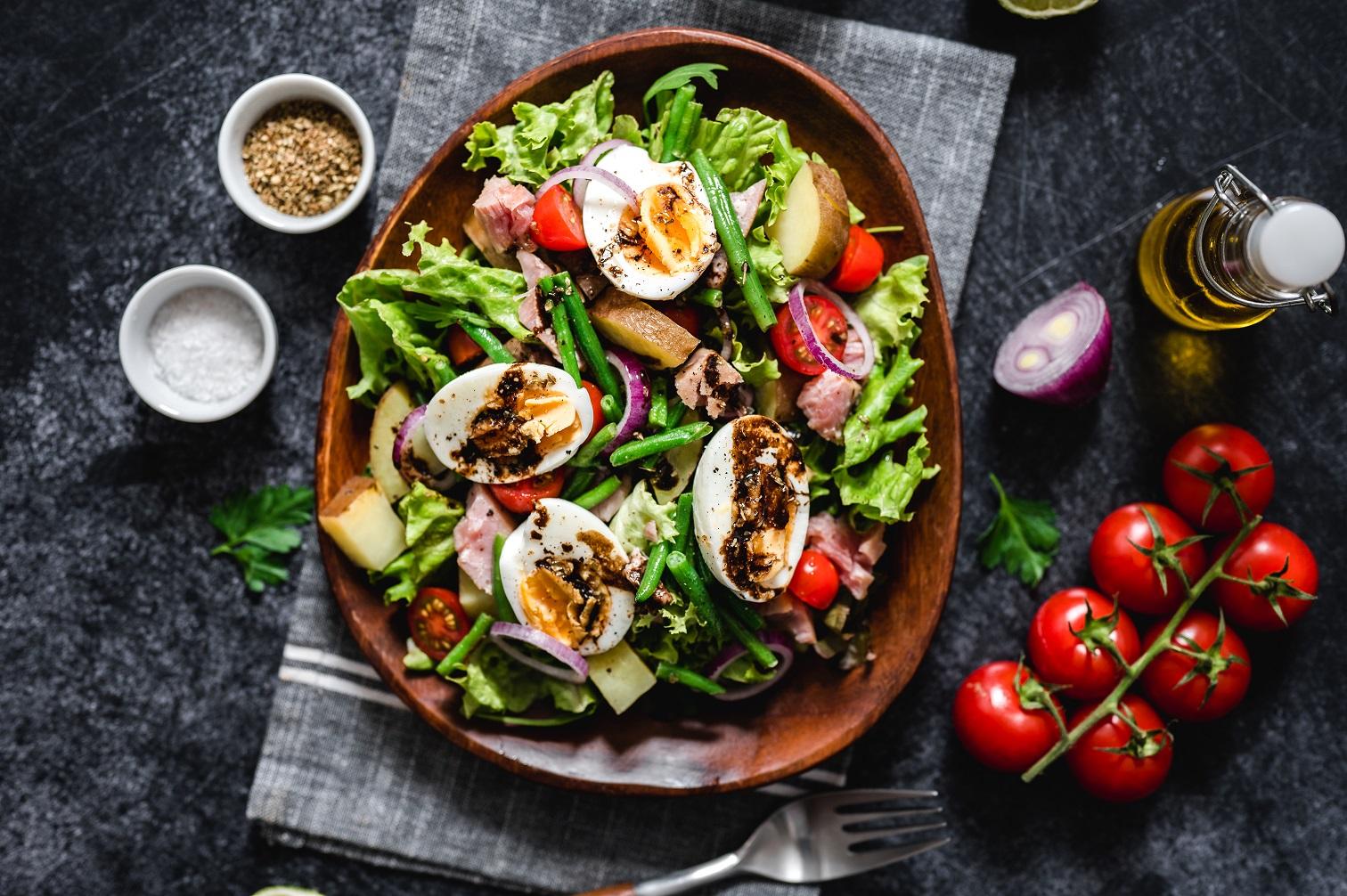 Salade nicoise met zwarte knoflook dressing
