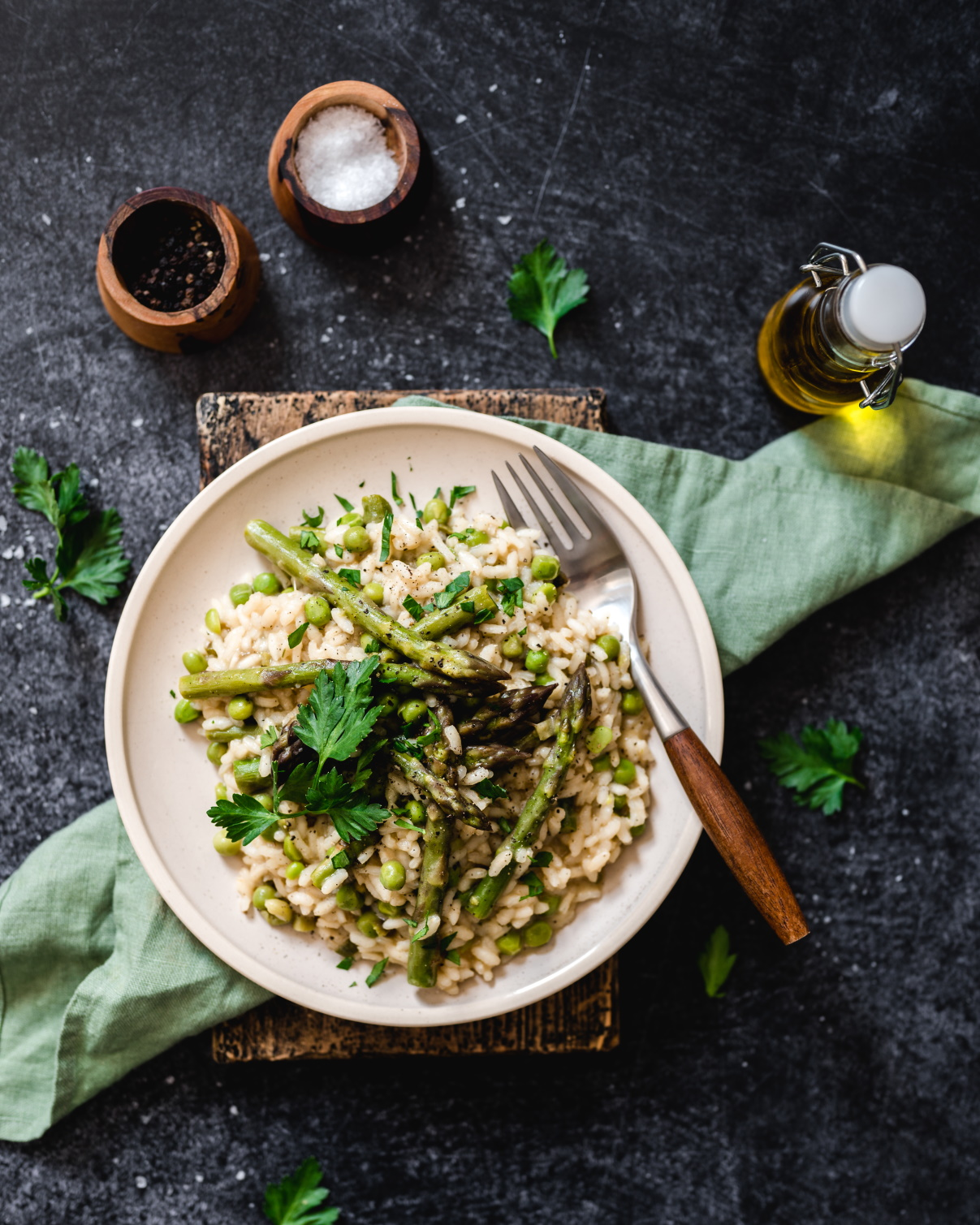 Lente risotto met groene asperges en zwarte knoflook
